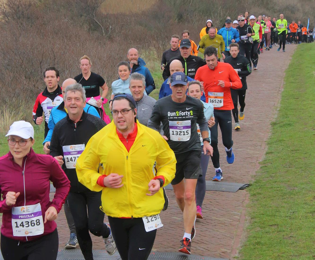 Verstopt tussen de deelnemers tijdens de Egmond Halve Marathon 2019