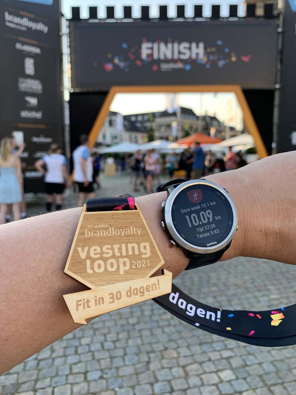 een echte hardloopmedaille na de finish van de Vestingloop in Den Bosch